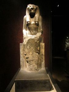 450px-Statua_divinità_Museo_Egizio_Torino